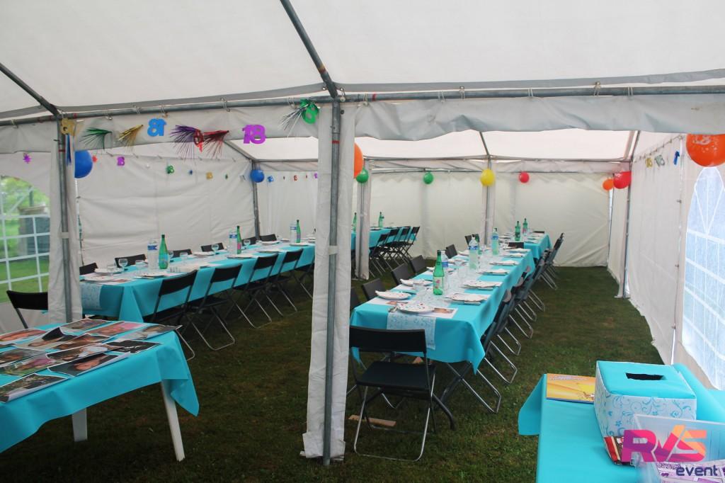 Tentes et chaises décorées