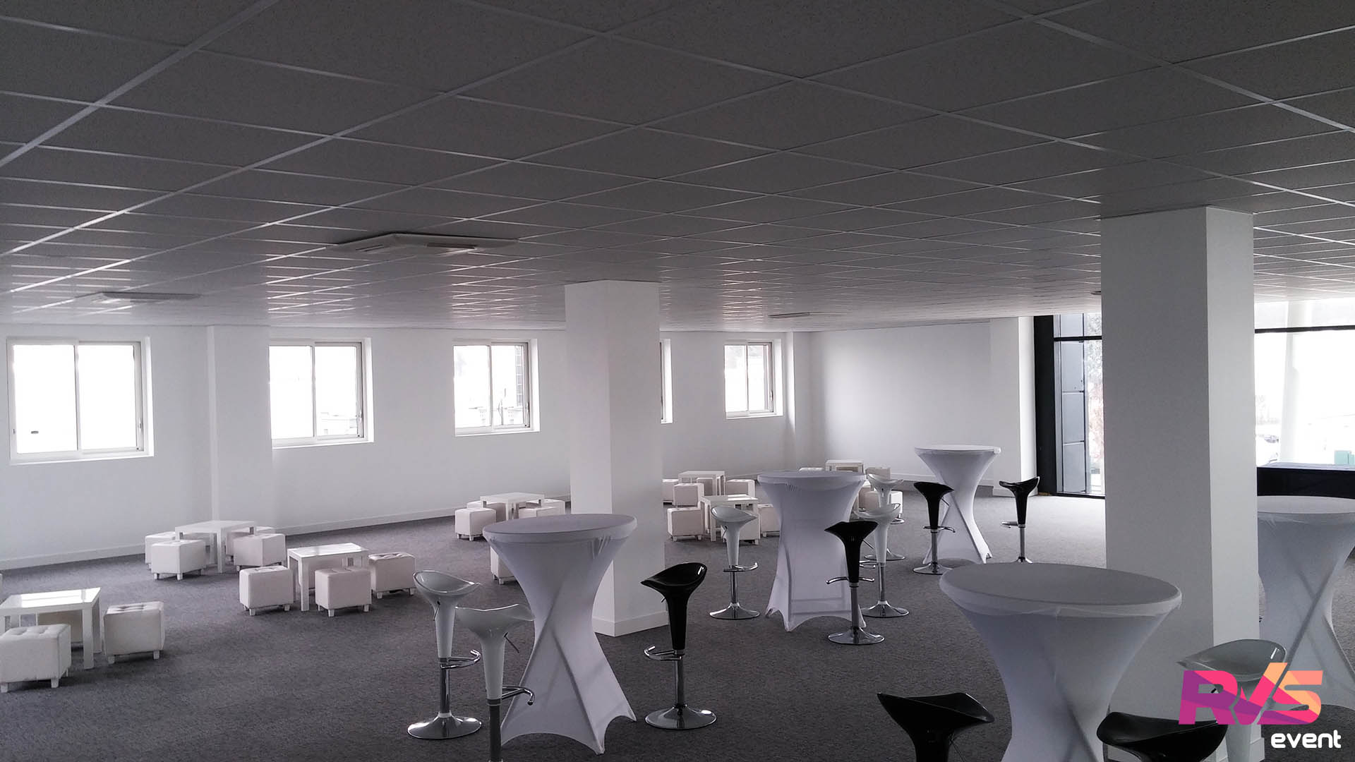 Location de mobilier lounge salon vip inauguration st maximin for Decoration de lounge bar saint paul